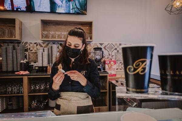 web-heladeria-san-vicente-inauguracion-camarera